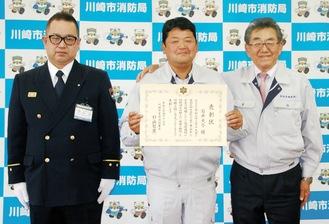 杉山署長と記念撮影に収まる石井さん(中央)と長沼代表