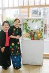 高津駅の一角に展示されている自身の作品を前に笑顔のウィンさん(写真右)と中野師範
