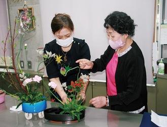 中野師範の薫陶を受け、腕を磨くウィンさん(写真左)