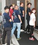 揃いのTシャツを着る住民ら(右から2人目が曽呂会長)