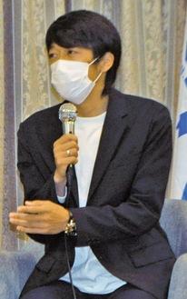 講演する中村憲剛さん
