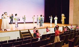 桜井さん(左)の歌声に合わせ音頭を披露する出演者ら