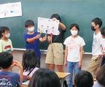 手作りの紙芝居を上演する6年生