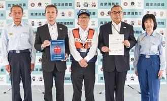 武笠団長、同社・柳川崎支社長、越澤さん、熊坂支店長、熊谷署長(左から)