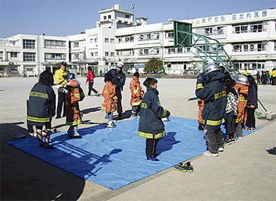 坂戸小児童77人が防災体験