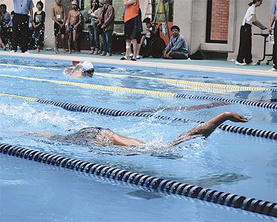 力強い泳ぎに拍手