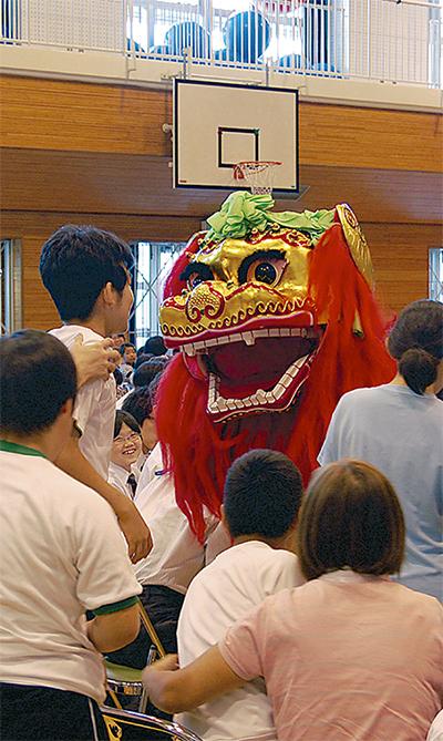 中国の妙技に歓声