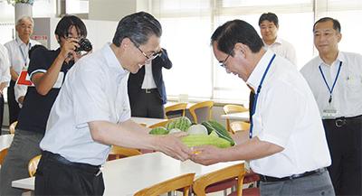 成果と共に収穫物を寄贈