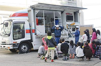 児童156人が「地震体験」