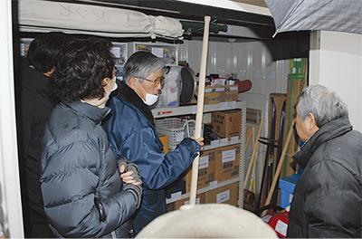 防災備蓄倉庫を現地調査