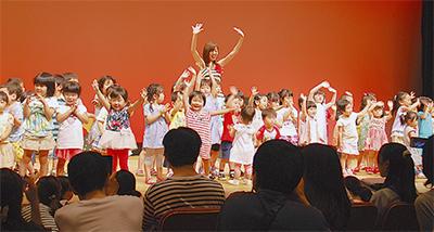 歌と踊りで親子楽しむ