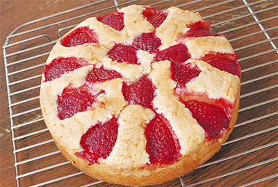 甘み引き立つ焼き苺のケーキ