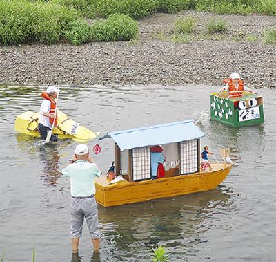 段ボール舟が水面を走る