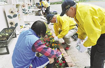 生徒と花植え楽しむ