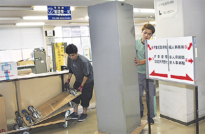 県税事務所で仮移転作業