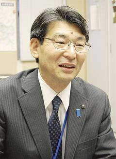 インタビューに応じる門ノ沢俊明区長