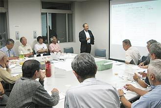 前回の「たまサロン」で意見を交わす委員と一般参加者