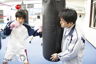 練習のピッチが上がってきた黒田雅之選手(左)と指導する新田渉世会長(右)(今月2日、登戸のジムで)