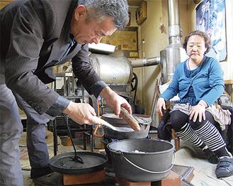 「甘みがあって美味しい」焼き芋の収益はすべて福祉法人に寄付される(今月20日、横渡さんの店舗で撮影)