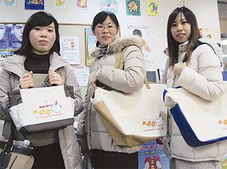 「子育て支援」をテーマに作られたエコバッグ。「ニワトリの絵が可愛い」と女性からも好評だった(今月15日、多摩区役所で)
