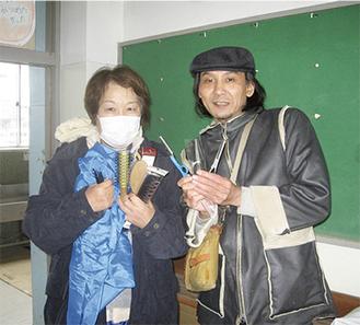 被災地の避難所を巡ってハサミやクシなどの道具を届けた八木裕之さん(右)