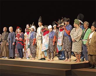 カーテンコールに応じる出演者たち(8日、多摩市民館)