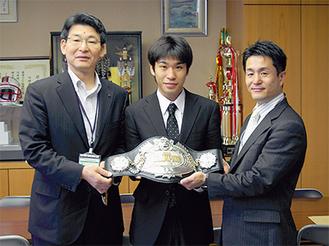 黒田選手(中央)と新田会長(右)が訪れ、門ノ沢区長(左)に王座獲得を報告した(2日、多摩区役所)