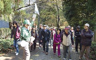 坂道の楽な歩き方も参加者に案内するガイド