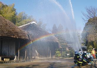旧作田家に向けて、勢い良く放水された