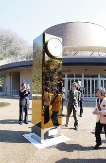 科学館前で金色に輝く時計塔