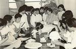 昭和35年、帽子作りを指導する染子さん