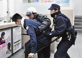 本物の事件さながらに緊迫感のある逮捕劇
