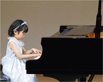 発表会でピアノ演奏を披露する生徒