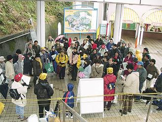 02年1月、閉園を前に園内を見学する地元の住民ら