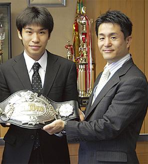 ツアーに同行する黒田選手(左)と新田会長(右)