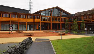 自然との調和を重視した木造建築