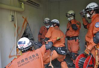 厚いコンクリートの壁を破壊して救助に向かう訓練