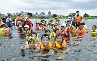 ライフジャケットをつけて多摩川を楽しむ子どもたち(稲田公園付近の多摩川で)