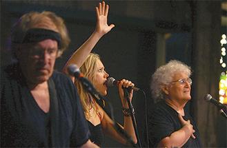 ジェファーソン・スターシップのポール・カントナーさん(左)、キャシー・リチャードソンさん(中央)、デヴィッド・フライバーグさん(右)