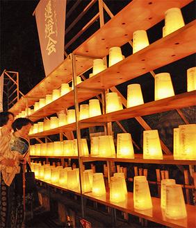 約3000個の献灯の明かりが幻想的に輝いた