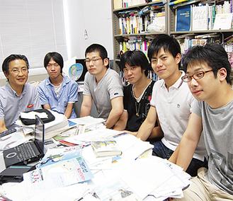 ワンセグを活用した地域活性策などを検討する福冨教授とゼミの学生達