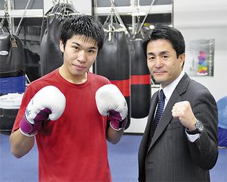 激しいトレーニングに汗を流す黒田選手(左)と新田会長(右)