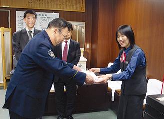 表彰される野澤さん(右)