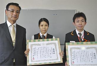 感謝状を受け取った中里さん(中央)、萩谷さん(右)と五味署長(左)
