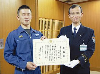 表彰状を受け取る阿部さん(左)