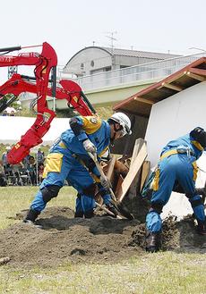 消防と県警機動隊による倒壊家屋からの救出訓練