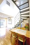 鉄骨階段と大きな窓が印象的なリビング