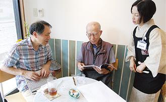 イベントに訪れた三田地区の住民と談笑するスタッフ
