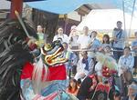 雨にもかかわらず行われた伝統芸能の菅の獅子舞