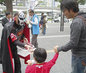 川崎駅前でキャンペーンを行う鉄拳さん